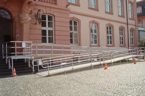 Rollstuhlrampe vor dem Mainzer Landtag